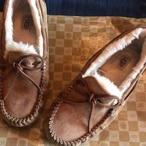 UGG Australia Women's Dakota Slippers Size 9